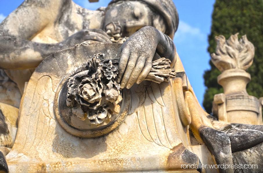Escultura de Rafael Atché al panteó de Jaume Sensat.