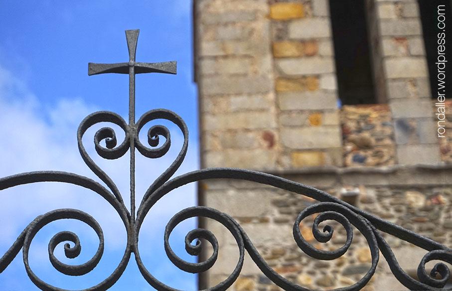 Reixa d'entrada a l'església.