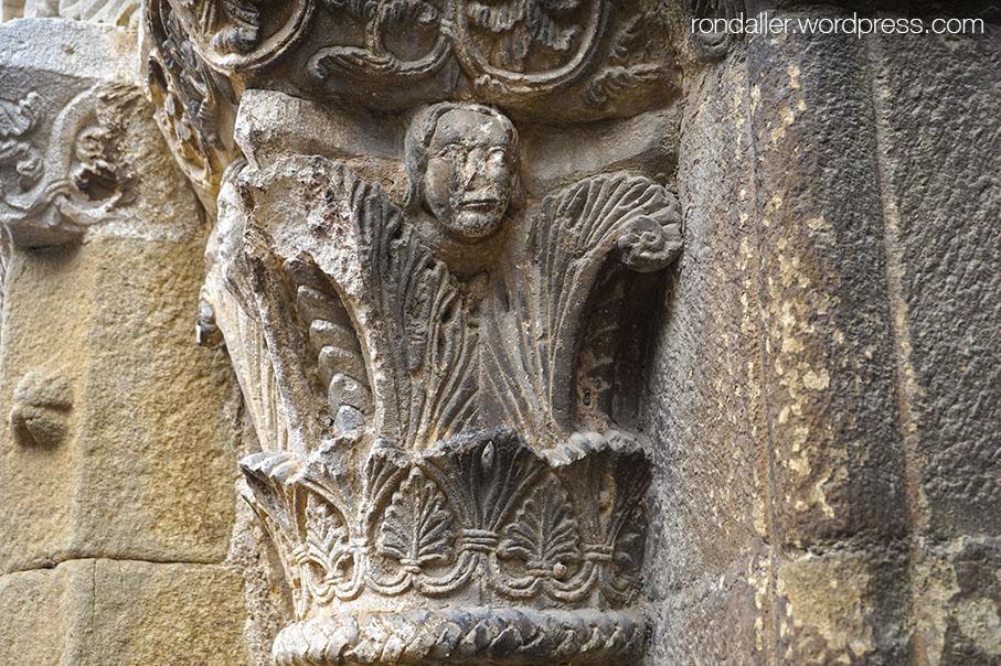 Santa Eugènia de Berga, Osona. Capitell amb formes vegetals.