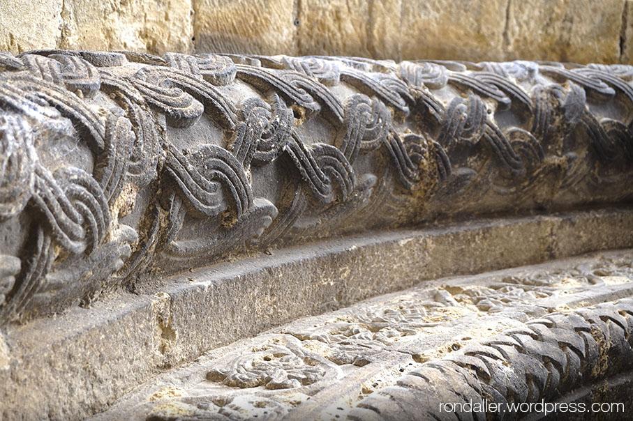 Decoració de les voltes de la portalada de Santa Eugènia de Berga, Osona.