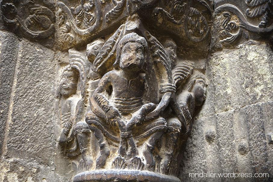 Santa Eugènia de Berga, Osona. Capitell amb personatges.
