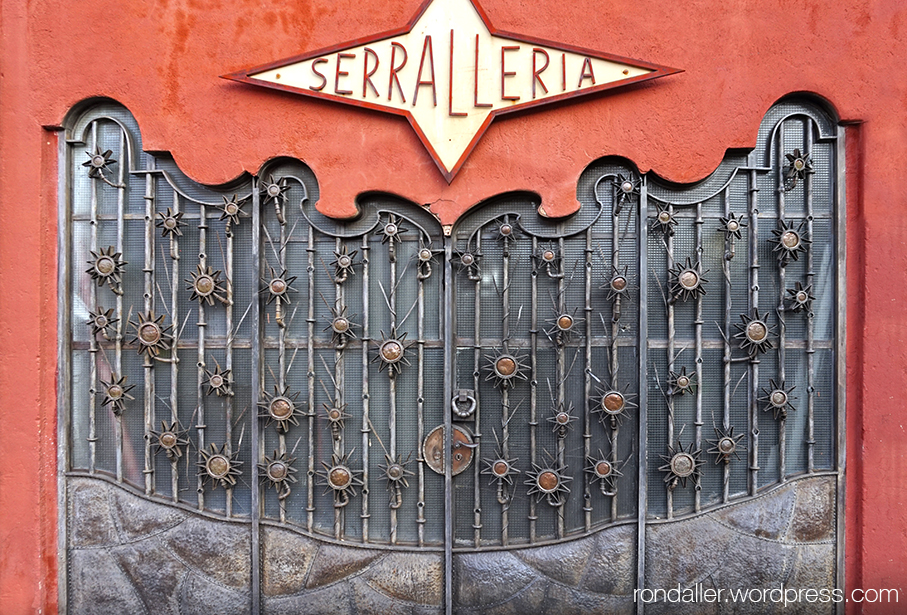 Porta i rètol d'una serralleria a Corbera de Llobregat, Baix Llobregat.