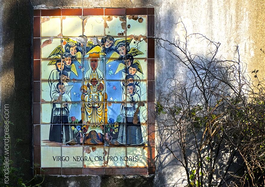 Corbera de Llobregat, Baix Llobregat. Plafó ceràmic amb la Verge de Montserrat.