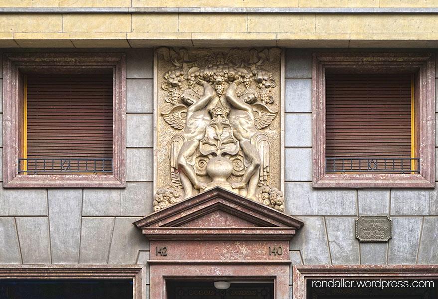 Façana de l'edifici projectat per Francesc Quintana al carrer Gran de Gràcia.