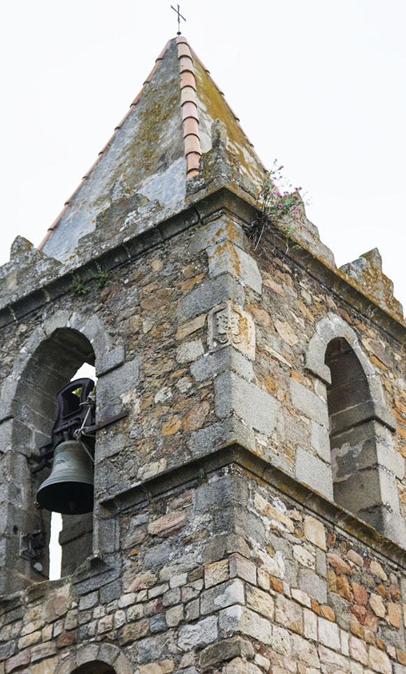 Escut en una cantonada del campanar de Sant Feliu de Buixalleu, La Selva.