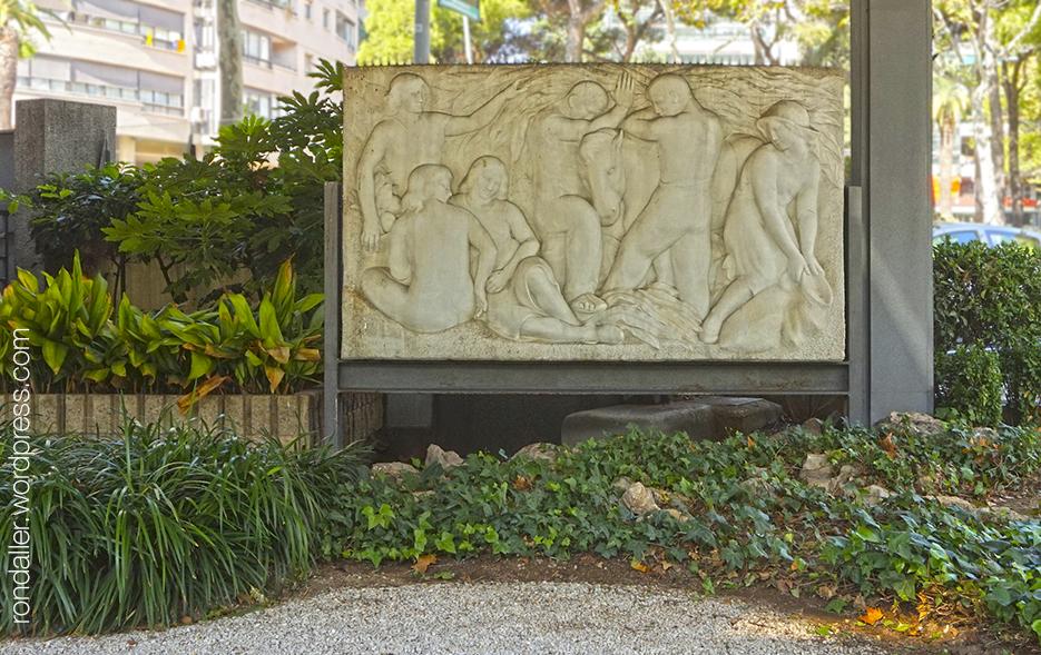 Relleu esculpit per Enric Casanovas a l'avinguda Diagonal. Les Corts.