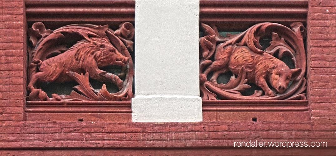 Balustrada de les finestres amb porcs i senglars esculpits.