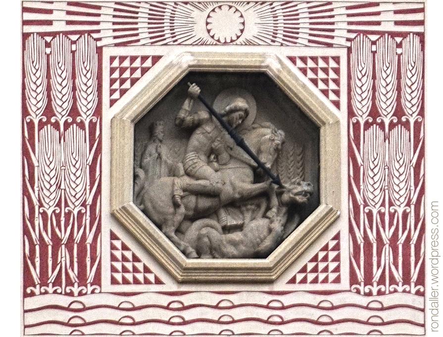 Detall del relleu de Sant Jordi envoltat d'esgrafiats.