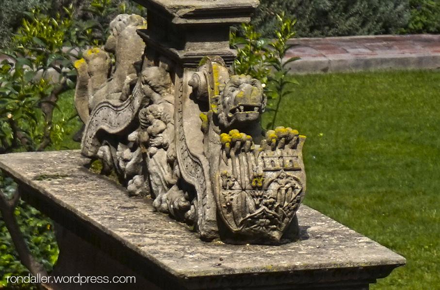 Escut al coronament del pou del monestir de Pedralbes.