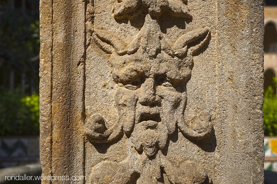 Detall de la decoració grutesca als pilars del pou del monestir de Pedralbes.