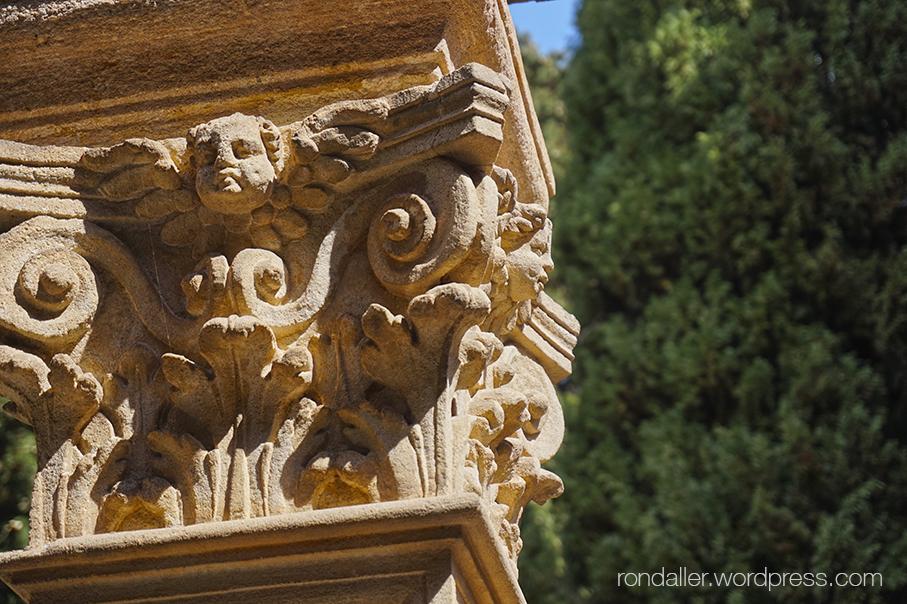 Detall d'un capitell del pou del monestir de Pedralbes.