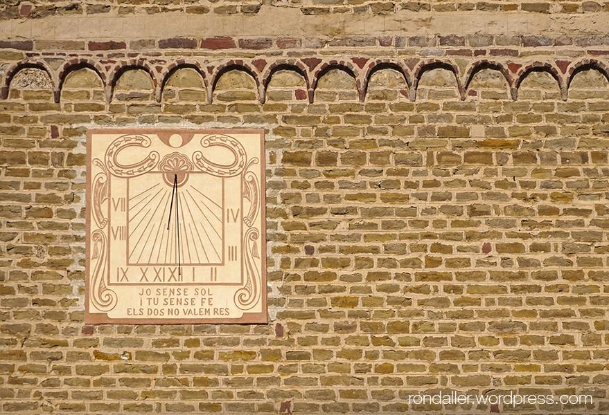 Itinerari per Seva, Osona. Rellotge de sol a la paret de l'església de Santa Maria.