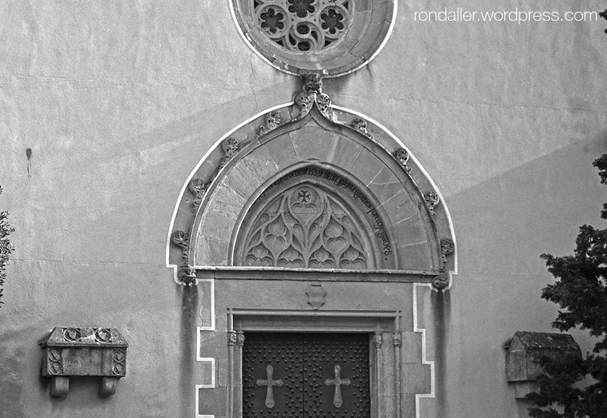 La portalada gòtica de l'església de Sant Julià a Argentona. Maresme.
