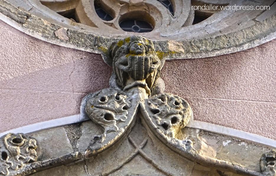 Detall del coronament de la portalada de l'església de Sant Julià a Argentona