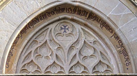 Portalada gòtica de l'església de Sant Julià d'Argentona (Maresme).