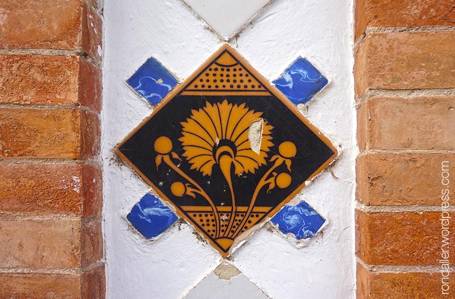 Detall d'una rajola a porta d'accés de la Casa Fontdevila. Argentona