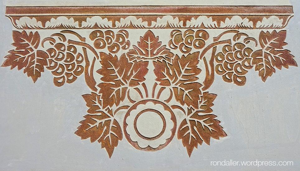 Detall d'un esgrafiat a la façana del Pavelló Rosa de Barcelona.