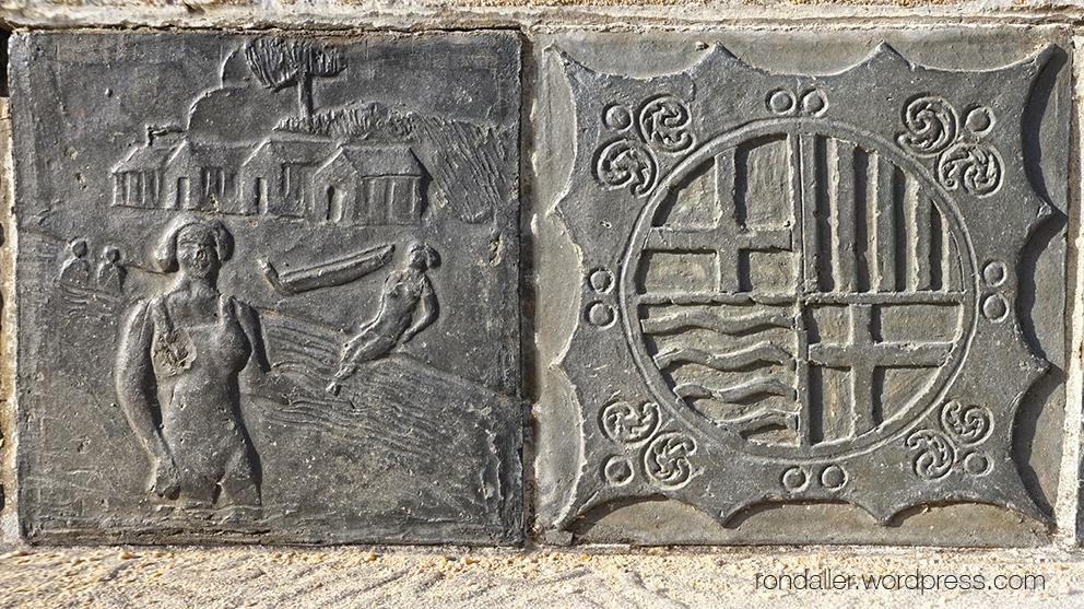 Els bancs de Sant Feliu de Guíxols, Baix Empordà. Una rajola amb banyistes i una altra amb l'escut de la vila.