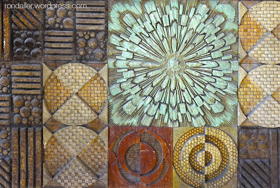 Mosaic al passeig de la Ribera de Sitges. Murals ceràmics dels anys setanta
