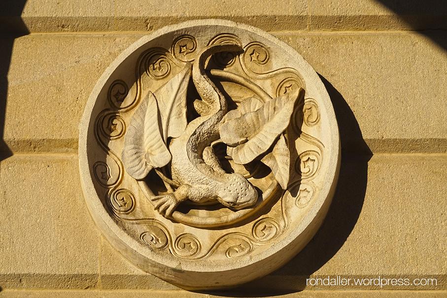 Medalló amb un amfibi dissenyat per Gaudí, a l'entrada de l'aquari.