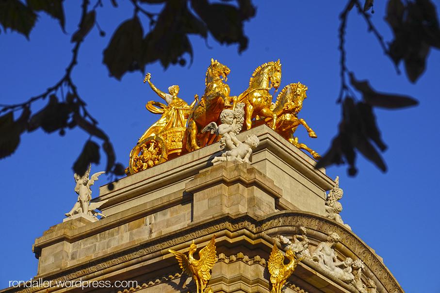 Escultura daurada de l'Aurora, coronant la Cascada del parc de la Ciutadella.