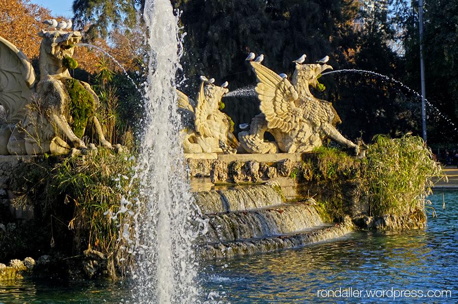 Grius traient aigua per la boca a la Cascada del parc de la Ciutadella.