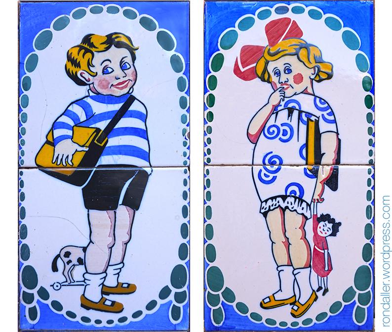Rajoles representant infants de casa bona vestits a la moda de principis del segle XX.
