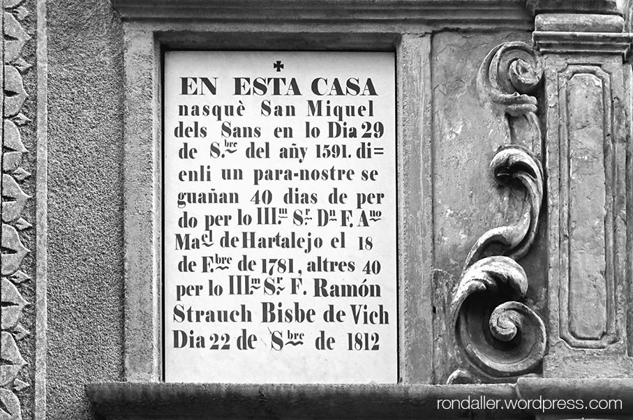 La capella de Sant Miquel dels Sants, a Vic, Osona. Detall del plafó on figuren les indulgències.