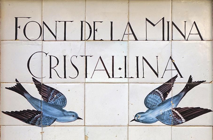 Font de la Mina Cristal·lina de Blanes, amb ceràmica d'Antoni Serra i Fiter.