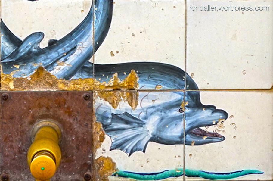 Detall del plafó ceràmic amb un dofí, realitzat per Antoni Serra per a la Font de la Mina Cristal·lina de Blanes.