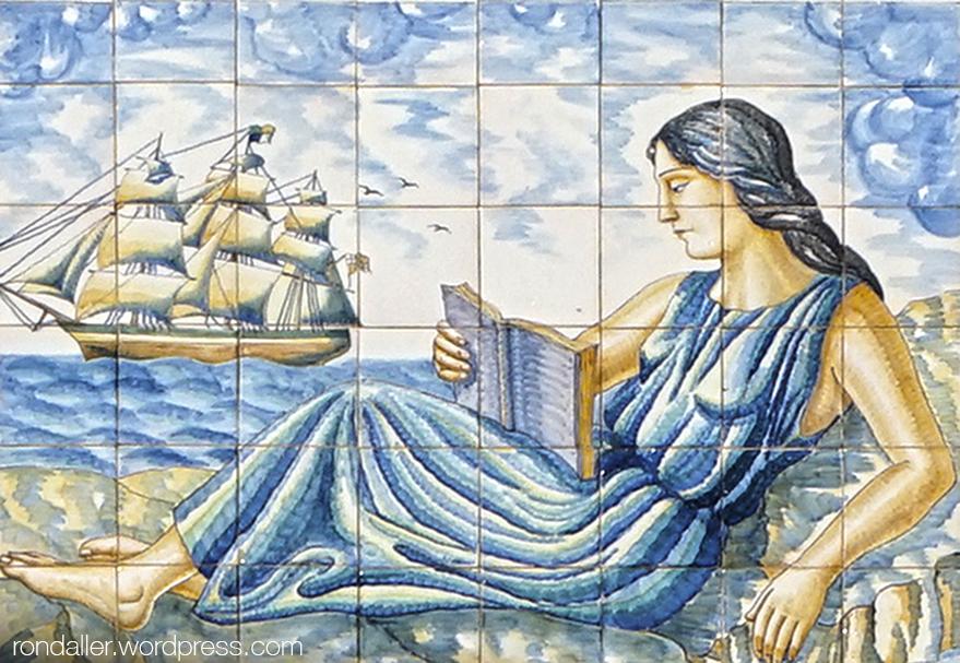 Ceràmica noucentista que representa una noia llegint. Més plafons ceràmics de Sitges. Garraf.