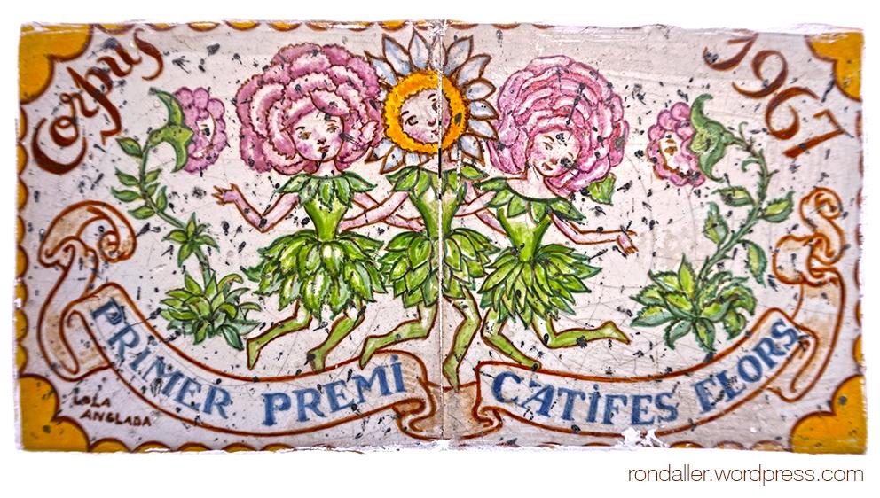 Rajola commemorativa del concurs de catifes de flors de Sitges de 1967, realitzada per Lola Anglada.