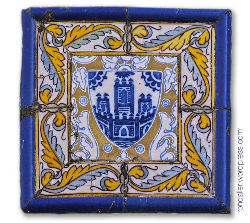Rajola del segle XVIII amb l'escut que representa el desaparegut castell de Sitges.