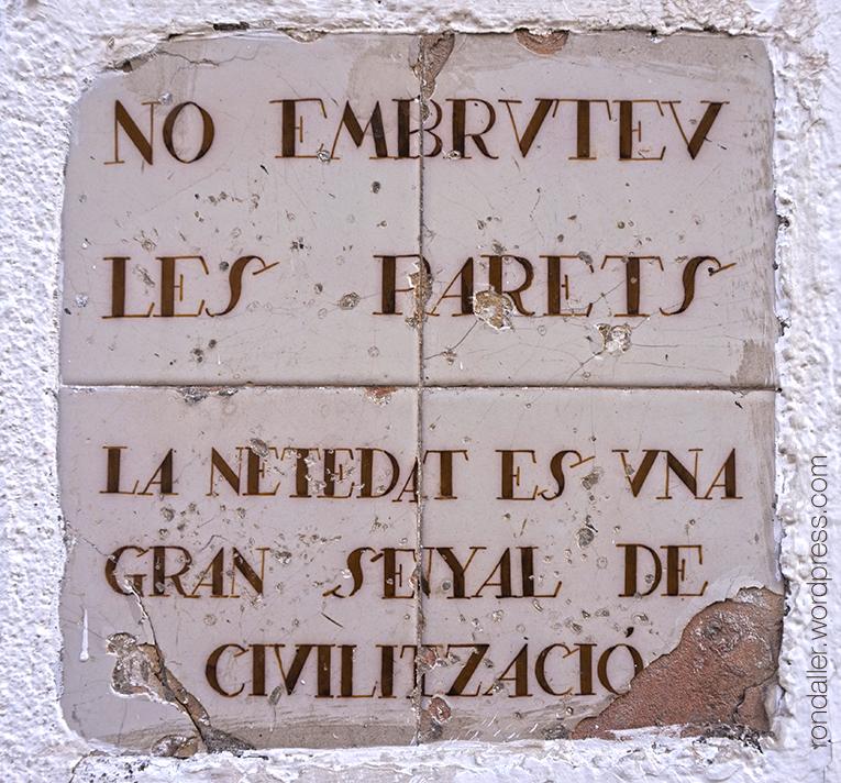 """""""No embruteu les parets"""", disseny realitzat per Miquel Utrillo el 1919. Més plafons ceràmics de Sitges. Garraf."""