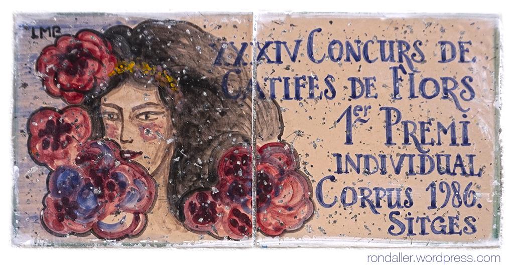 Rajola commemorativa del concurs de catifes de flors de Sitges de 1986, realitzada per Lluís Marcé.