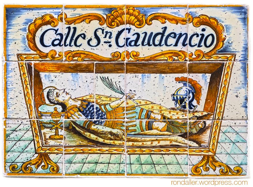 Plafons ceràmics de Sitges, El Garraf. Nom del carrer Sant Gaudenci, amb la imatge del mártir, dissenyat per Salvador Sunet.