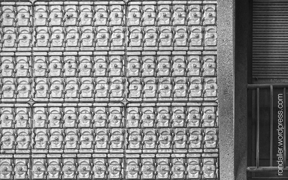 Arquitectura brutalista a Torelló. Osona. Detall de la decoració amb ciment.