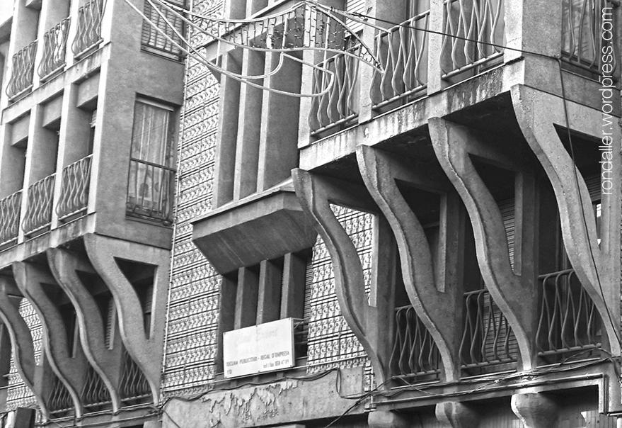 Arquitectura brutalista a Torelló. Detall dels balcons.