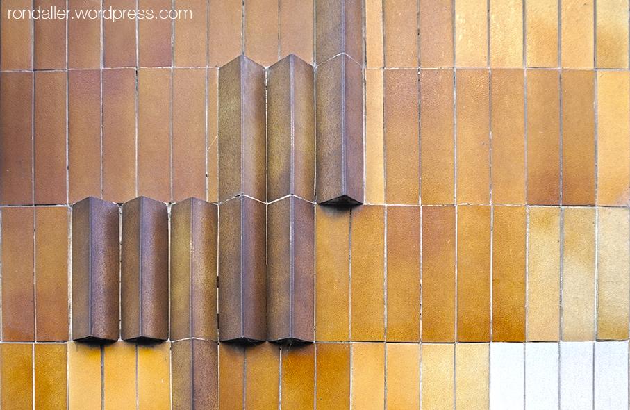 Arquitectura brutalista a Torelló. Osona. Detall de l'enrajolat.