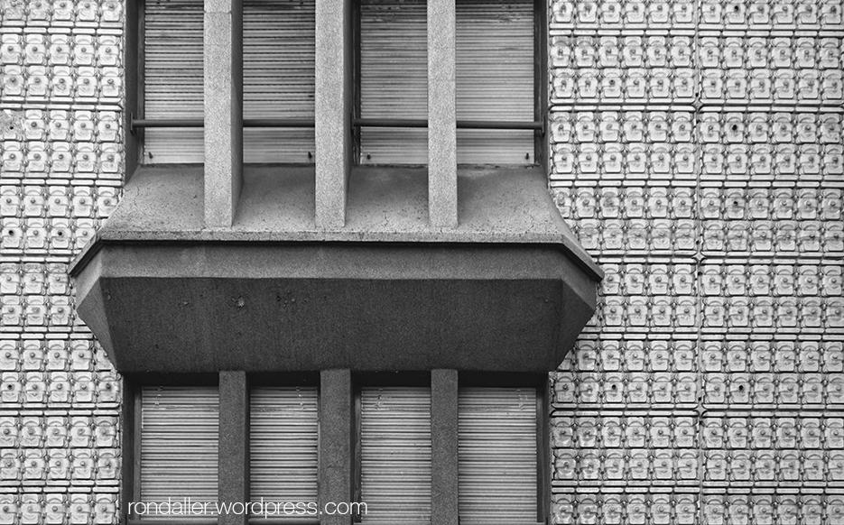 Les finestres d'un edifici dels anys cinquanta a Torelló.