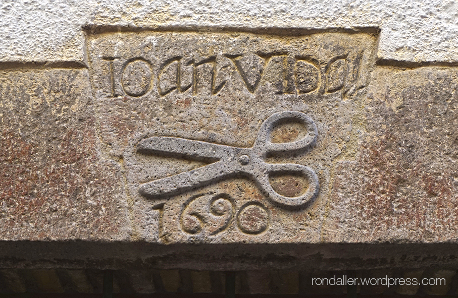 Tisores del gremi de paraires gravades en una dovella a Castelló d'Empúries, Alt Empordà.