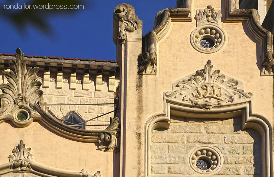 Decoració de la façana de La Villa Maria de Taradell (Osona).