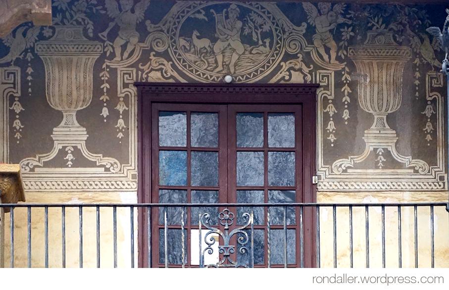 Esgrafiats decoratius al balcó de Can Pallàs a Sant Julià de Vilatorta (Osona).