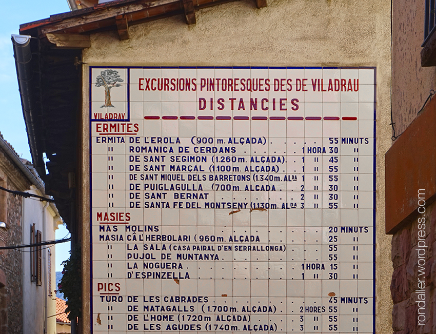 Plafó ceràmic amb les excursions que es poden fer des de Viladrau. Osona.
