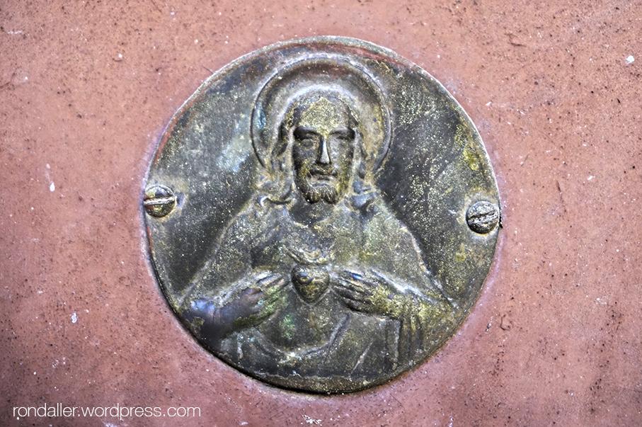 Placa amb el Sagrat Cor a la rectoria de Tavertet.