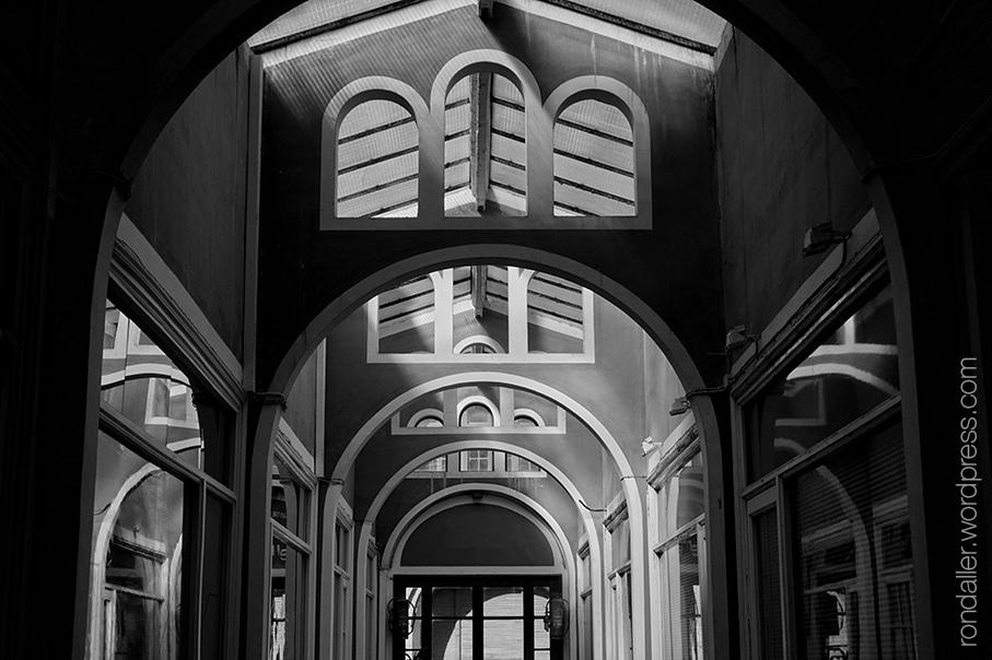 La Casa Illa de Vic (Osona). Arcades interiors de les Galeries Montseny.