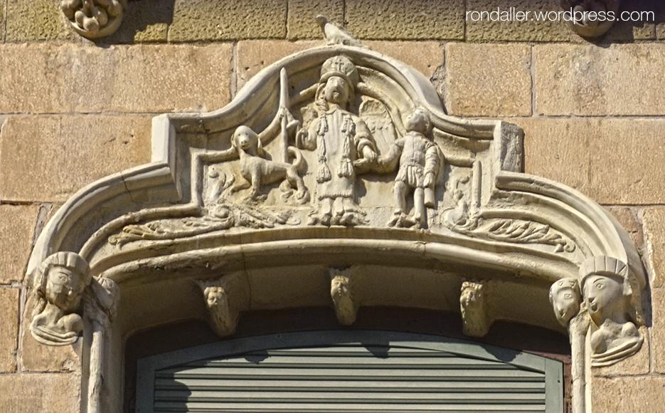 Llinda que decora una finestra de la Casa Moixó de Vic, Osona.