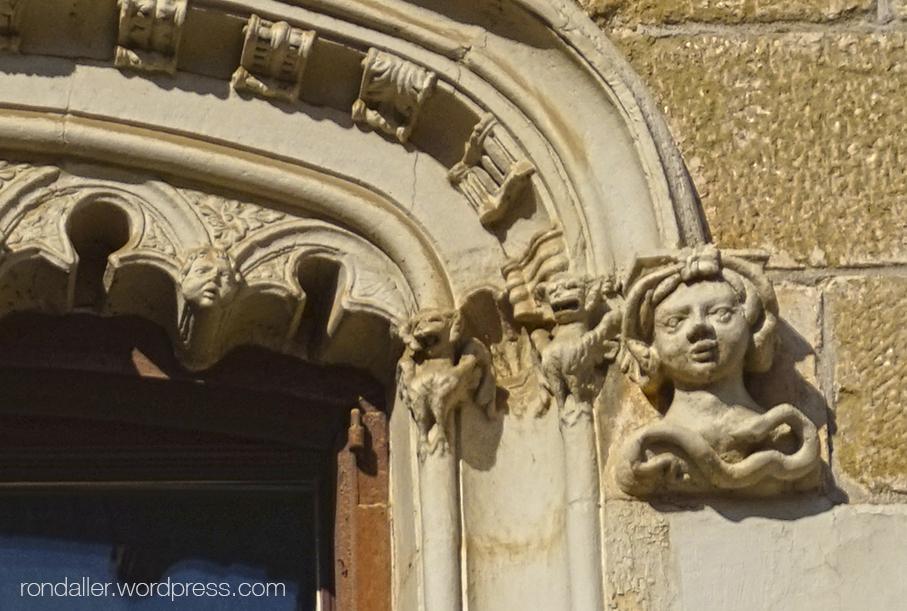 Cap esculpit en una finestra de la Casa Moixó de Vic, Osona.