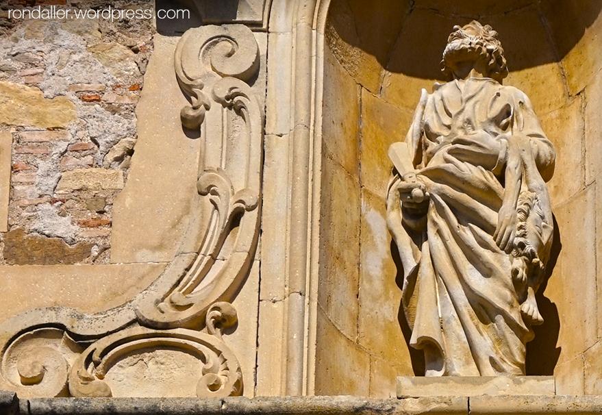 Escultura de Sant Bartomeu en una fornícula de la portalada de l'església.