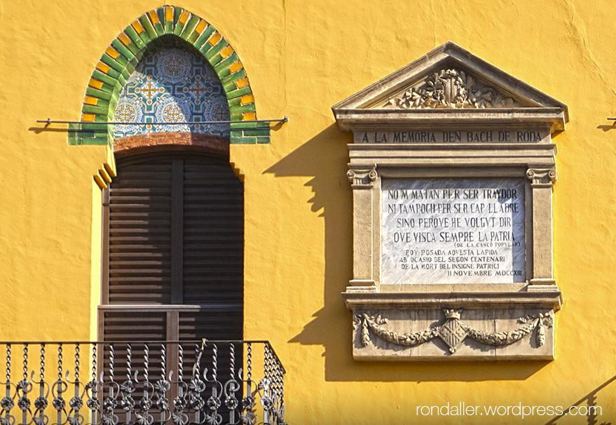Plafó en record de Bac de Roda, a la Casa Vilà de Vic.